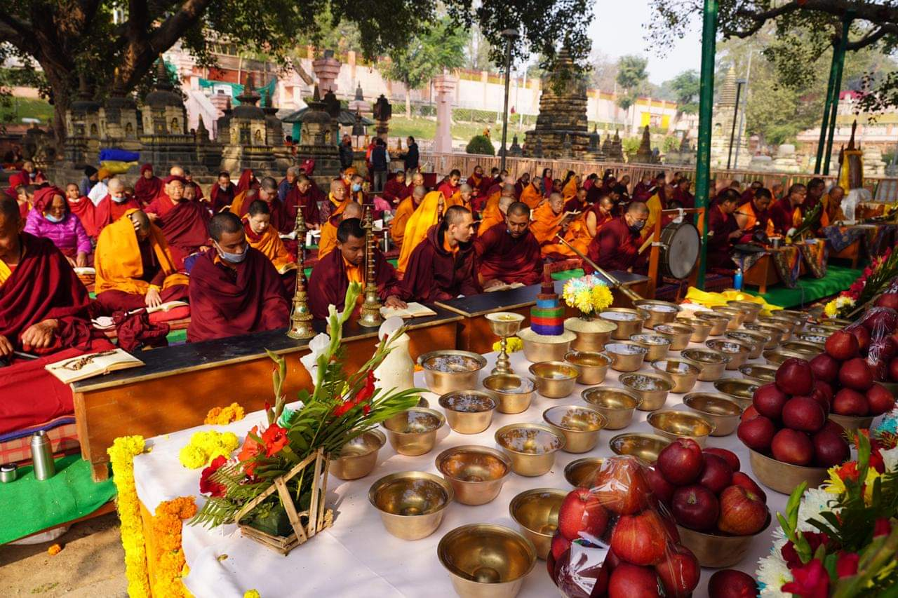 Offering of on the shrine before the Bodhisattva tree of the Mahabodhi Temple