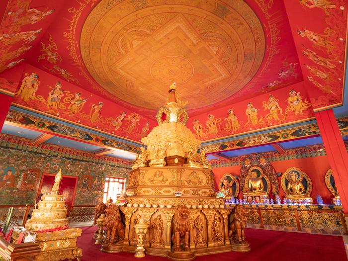 Η Μεγάλη Στούπα των Λειψάνων της ΑΑ Πένορ Ρίνποτσε στο Μοναστήρι του Ναμντρολίνγκ