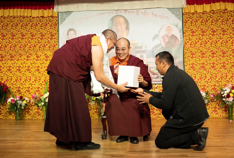Ο Λάμα Ντοντρούπ Ντόρτζε λαμβάνει το δώρο του Τόρμα των Εκατό Θεοτήτων από τον Τσόγκτρουλ Τζάνγκανγκ Ρίνποτσε