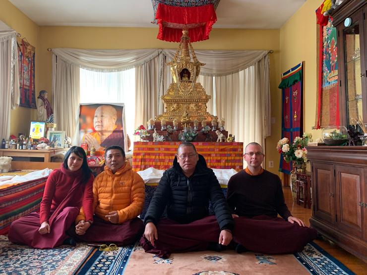Μια φωτογραφία μπροστά στην Ιερή Στούπα μέσα στο προσωπικό δωμάτιο της Αυτούς Αγιότητάς του Πέμα Νόρμπου Ρίνποτσε, στην Πολιτεία της Νέας Υόρκης