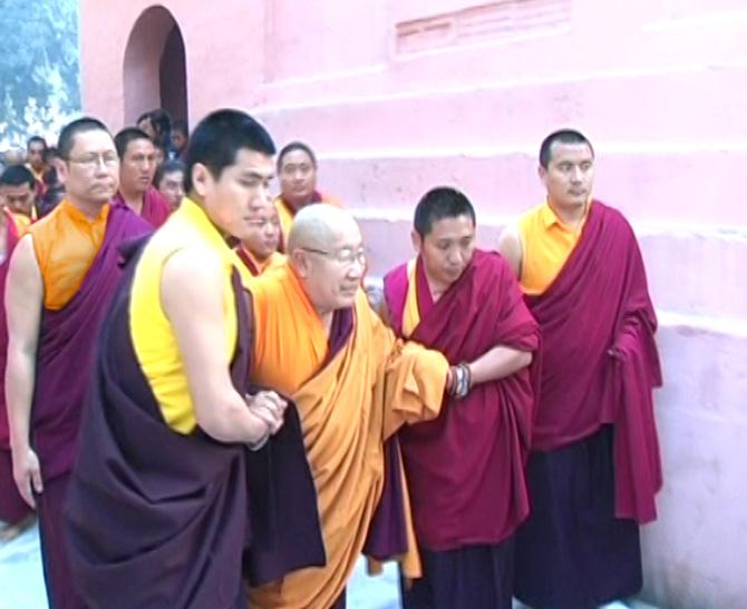 ΑΑ Πένορ Ρόνποτσε στο Μποντγκάγια στην Ινδία, με τον Λάμα Πάσανγκ και τον Λάμα Ντοντρούπ Ντόρτζε, ως ακόλουθοι κατά την διάρκεια της Γιορτής Προσευχής του Μόνλαμ Τσέμπο