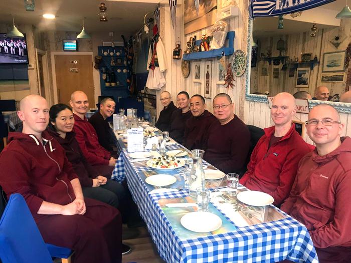 Ο Κένπο Νυίμα Ντοντρούπ Ρίνποτσε γευματίζει με τον Λάμα Ντοντρούπ Ντόρτζε Ρίνποτσε και μέλη της σάνγκας του Pathgate