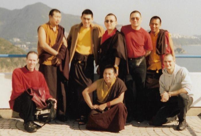 Ο Λάμα Πάσανγκ (μπροστά στο κέντρο) με (πίσω αριστερά προος δεξιά) τον Λάμα Ράμπτζη, η ΑΑ Μούσανγκ Κούτσεν Ρίνποτσε, ο Τούλκου Ντάκμαρ Ρίνποτσε, ο Λάμα Ντοντρούπ Ρίνποτσε, και ο Λάμα Τάσι, μαζί με μαθητές του Pathgate στο Χονγκ Κονγκ, Νοέ 2000