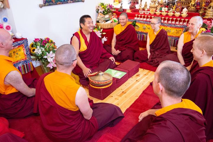 Ο Λάμα Πάσανγκ με μέλη της χειροτονημένης σάνγκα