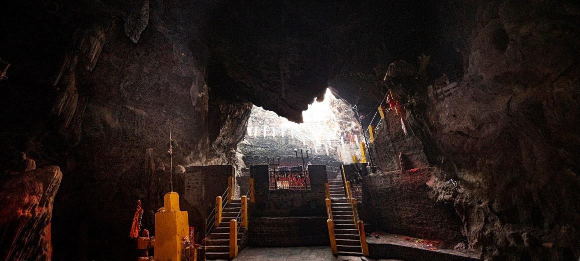 Μέσσα στη σπηλιά Μαρατίκα