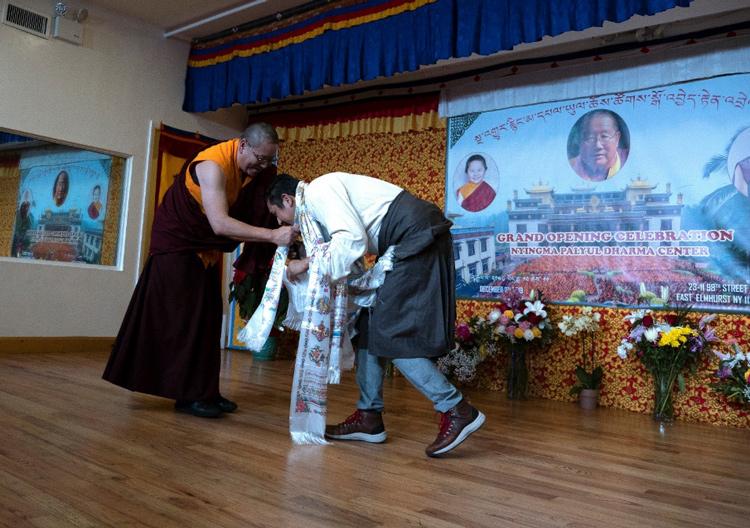 Ο Λάμα Ντοντρούπ Ντόρτζε Ρίνποτσε προσφέρει κάτα εκ μέρους όλων των πρεσβύτερων μελών της σάνγκα