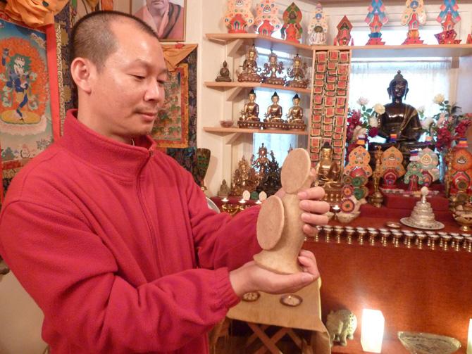 Ο Σάμτεν φτιάχνει τόρμα στο Pathgate Dharma Centre της Αγγλίας