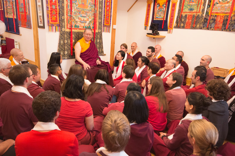 Il Ven. Lama Dondrup Dorje mentre insegna durante il Ritiro Estivo Pathgate 2017