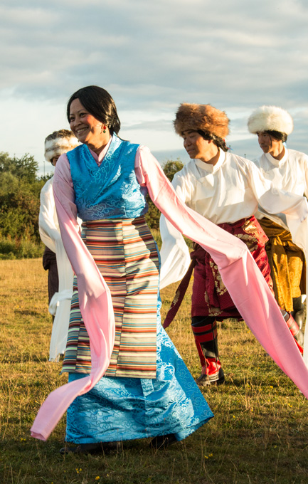 Μαθητές ασκούνται σε Θιβετανικούς χωρούς για την ταινία του Γκούρου Ρίνποτσε